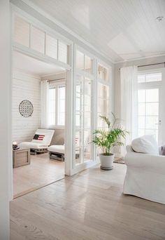 Trennwände innerhalb von großen Wohnzimmern - Raumteiler aus weißem Holz und Glas - luftig und hell
