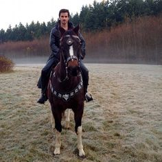 Colin O'Donoghue all saddled up and ready to ride in for the shot. The low laying fog was us with a fog machine and a huge Ritter Fan. #colinodonoghue #once #ouat #behindthescenes from Billy Gierhart IG