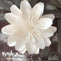 Flores grandes de papel en blanco y crema Fondo por BarbAnnDesigns