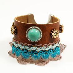 Leren armband - turkoois, bruin - bohemian gypsy stijl - hippie stijl - kant in taupe en blauuw turkoois - Swarovski Crystal -