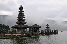 De beroemde tempel van Pura Ulun Danu Bratan is een eerbetoon aan Dewi Danu, de godin van het meer. Deze irrigatietempel is in de 17e eeuw gebouwd en is zeker niet de belangrijkste. Maar hij is vooral bekend door zijn ligging. De tempel ligt in een meer, tussen groene heuvels.