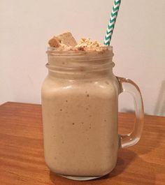 Milkfake de paçoca (insta @somostribonatural). 2 bananas maduras congeladas. 3/4xíc leite (amêndoas, coco) 1/4xíc farinha de amendoim ou pasta de amendoim. 1cc extrato de baunilha. 7 pedras de gelo. 5 paçocas pra bater e 2 pra decorar (opcional). Coloque todos os ingredientes no liquidificador e bata até ficar bem cremoso. Decore com 1/2 paçoca esfarelada e 1/2 inteira. Rende 2 porções.