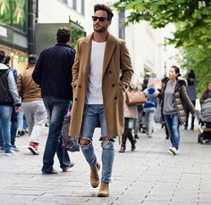 Beige long coat with a simple white T-shirt + slim jeans with a choice of black or beige Chelsea-style boots.