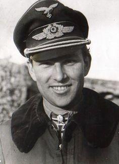 """El teniente general Gerhard """"Gerd"""" Barkhorn (marzo 20, 1919 hasta enero 08, 1983) fue el segundo as del combatiente de mayor éxito de todos los tiempos después de su compañero piloto de la Luftwaffe Erich Hartmann. Barkhorn fue acreditado con 301 victorias en el frente oriental contra la Fuerza Aérea Roja Soviética pilotando el Messerschmitt Bf 109 y Focke-Wulf Fw 190D-9. Voló con el afamado JG 52 y JG 2. Menos de dos semanas después que dejó JG 52 en el frente oriental y se unió a JG 3, la…"""