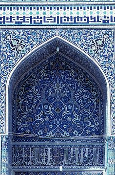 Image IRA 0607 featuring decorated area and arch from the Masjid-i-Jami, in Isfahan, Iran, showing Floriated Arabesque using ceramic tiles, mosaic or pottery.