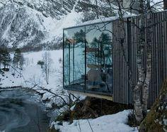 """En Noruega. Cada habitación es una casita independiente y algunas tienen 2 de las fachadas de vidrio. El paisaje donde está enclavado el hotel es, para muchos, un lugar increiblemente bello y variado y la topografía del terreno ha contribuido a que ninguna habitación esté encima de otra, por lo que cada habitación tenga su … Continuar leyendo """"JUVET LANDSCAPE HOTEL"""""""
