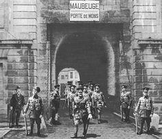 La gran guerra. Hace 100 años miembros del regimiento de guardias irlandeses del ejército británico salen de Maubeuge por la puerta de Mons poco antes del último disparo. Figuras escala 1/30 pintadas. General Motors, Metal Toys, Toy Soldiers, Times Square, War, Travel, Viajes, Destinations, Traveling