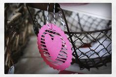 Valentintag Gruß-Set mit zwei verschiedenen Kartenumschlägen, zwei Herzanhänger, zwei Sprechblasen zum beschriften