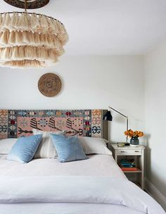 Ways To Inject Global Style Into Your City Space A vintage Turkish kilim serves both as a unique backdrop for the headboard and a colourful contrast to the boho tasselled chandelier in this principal bedroom. Bedroom Color Schemes, Bedroom Colors, Eclectic Decor, Eclectic Bedrooms, Bohemian Bedrooms, Home Look, Home Improvement Projects, Home Decor Styles, Decoration