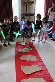 Wir suchen noch ne gute Idee, was wir auf der StarWars Party am Kindergeburtstag spielen könnte. Das sieht nach ner super Idee aus. Vielen Dank für diese schöne Idee Dein balloonas.com #kindergeburtstag #balloonas #starwars #yoda #spiel #games #darthvader #lasershwert #mögediemachtmitdirsein