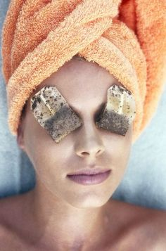 4 Simple Ways To Remove Dark Circles Completely: Tea bags are also considered as a beneficial treatment for dark circles. Place one cold tea bag on each eye and let it rest for a while. Pat it dry and you will see your eyes rejuvenated. Concealer, Dark Circle Remedies, Dark Circles Treatment, Brown Spots On Face, Dark Spots, Beauty Hacks For Teens, Dark Circles Under Eyes, Eye Circles, Puffy Eyes