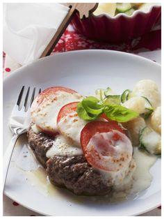 Low carb und total einfach ist dieses Rezept: Frikadellen mit Tomaten-Mozzarella-Haube