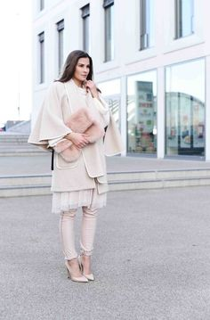 FASHIIONCARPET.COM  Cape, layering, poncho, nude pumps, fake fur clutch, tulle skirt, tüllrock, fashionblogger germany, fashionblog deutschland, streetstyle