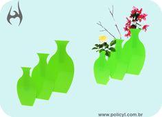 VASOS FEITOS EM ACRÍLICO VERDE.  Vases produced in green acrylic.
