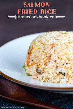 egg meals With just a handful of ingredients - leftover rice, salted salmon, eggs and scallions, you can cook up this delicious one-pan Salmon Fried Rice. Plenty of flavor to a meal in under Rice Recipes, Cooking Recipes, Healthy Recipes, Canned Salmon Recipes, Delicious Recipes, Healthy Food, Grilling Recipes, Healthy Cooking, Cooking Tips