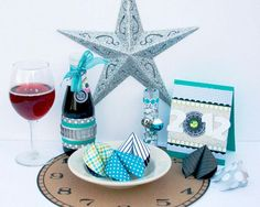 Looking for some holiday party inspiration? These handmade New Year's decorations are the perfect place to start. These New Year's Eve party decorations are simple enough for crafters of all skill levels. New Years Eve Decorations, Party Table Decorations, New Years Eve Day, New Years Party, New Year's Eve Celebrations, New Year Celebration, Silvester Diy, New Year's Eve Crafts, Nye Party