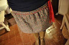 Tuto Henry et violette. (http://henriviolette.blogspot.fr/2009/10/tuto-jupe.html) Passepoil uniquement sur le devant pour cette version. Ceinture à nouer (à la place de l'élastique) et à laisser pendre...