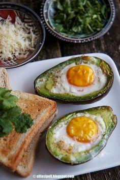 Nyt ollaan kuulkaa herkullisuuden äärellä! Lauantaimme alkoi ylellisen ihanasti kun tartuin vihdoin Kulinaarimurulasta bongattuun helppoon ja nopeaan muna-avokadoruokaan. Hehkutuksista huolimatta yllä Baked Potato Recipes, Egg Recipes, Raw Food Recipes, Vegetarian Recipes, Healthy Recipes, Breakfast Snacks, Breakfast Dishes, Good Food, Yummy Food