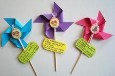 ΠΡΩΤΗ ΜΕΡΑ...ΚΑΛΗΜΕΡΑ! Άνοιξε η πόρτα του μικρού σχολειού κι ένωσε τους φίλους νέους και παλιούς! Ξεκινάμε και φέτος και για... Foam Crafts, Easy Crafts, Diy And Crafts, Preschool Education, Preschool Activities, Craft Gifts, Diy Gifts, Invitation Card Birthday, Kindergarten Gifts