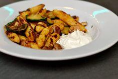 Deftige Gemüsepfanne mit Schupfnudeln aus vorwiegend festkochenden Kartoffeln und einem leckeren Dip.
