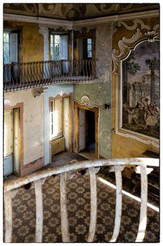 Villa Sbertoli, Manicomio Abbandonato a Pistoia. Le rovine di Villa Sbertoli sovrastano la città di Pistoia. Qua un vero e proprio villaggio un tempo adibito a Manicomio, attende desolato che se ne decidano le sorti future.