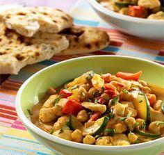 curry met kikkererwten, paprika, courgette, kip en kokosmelk. Heerlijk!!