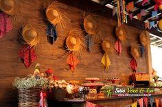 DECORAÇÃO COM CHAPÉUS DE PALHA Ramadan Decorations, Wedding Decorations, Bear Party, Party Rock, Mexican Party, Fiesta Party, Paper Pumpkin, Diy Party, Party Ideas