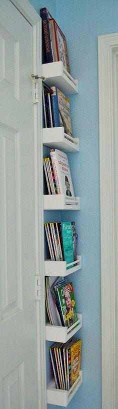Nel piccolo spazio tra le porte, una libreria che non fa cadere i libri. Consigliato da LEGNO PIU' INGENGNO - www.legnopiuingegno.it #librerie #mobiliinlegno #arredamento #design.