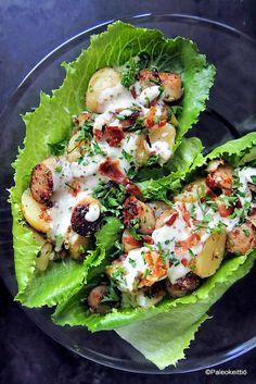Tuhtia saksalaista perunasalaattia salaatinlehdeltä /// Mun mielestä juhannukseen kuuluvat tuore salaatti, uudet perunat, makkara ja mansikat. Ja kun pistää yhteen Cosmopolitan -salaatin, makkarat, vähän paleoystävän pekonia ja uudet perunat, niin siitä…