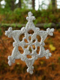 Simple Picot Snowflake, free pattern by Nicole Miller -- only 3 rounds, any yarn/hook can be used. Pic from Ravelry Project Gallery. Crochet Snowflake Pattern, Crochet Stars, Crochet Snowflakes, Christmas Snowflakes, Thread Crochet, Crochet Motif, Crochet Crafts, Crochet Flowers, Crochet Patterns