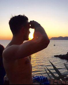 Là dove il mare luccica e tira forte il vento... #sunset #happy #gvlifestyle #riomaggiore #travel #cinqueterre #manarola #love #vernazza #monterosso #italia #italy #mediterraneansea #workout #discover #thegreatoutdoors #verleihtflügel #mountainlife #weekend #amore #men #italianboy #instapic #peace #heaven #wanderlust #clouds #greenery #_soi…