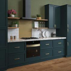Open Plan Kitchen Living Room, Kitchen Room Design, Home Decor Kitchen, Kitchen Interior, Home Kitchens, Green Kitchen Designs, Kitchen Ideas, Art Deco Kitchen, Kitchen Cupboard Designs