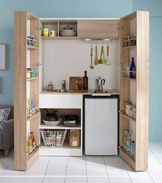 Vous pouvez installer de petits rangements à l'intérieur des portes de placard. Pour les couvercles de vos casseroles notamment!
