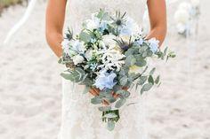 Ein Brautstrauß in Hellblau ist außergewöhnlich und wunderschön. Der perfekte Brautstrauß für eure Strandhochzeit! - Mehr Ideen findet ihr in der Galerie... I © Ernst Merkhofer