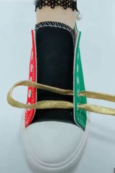 Shoelace tying, tieing shoe laces, tie shoes, shoelace patterns, t shirt dress Diy And Crafts, Arts And Crafts, Shoe Crafts, Paper Crafts, Diy Fashion, Mens Fashion, Tie Shoes, Shoes Sneakers, Diy Clothes