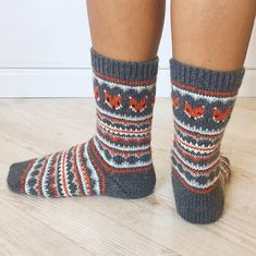 Fox Isle Socks pattern by Life Is Cozy This sock pattern combines two amazing things - fair isle knitting and foxes! Can it get any better? STEP-BY-STEP INSTRU. Fair Isle Knitting Patterns, Knitting Charts, Knitting Socks, Free Knitting, Knitted Hats, Loom Knitting, Knit Socks, Fair Isle Chart, Fair Isles
