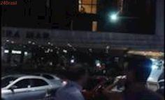 BATE PALMA: Multidão aplaude casal fazendo sexo com janela aberta em quarto de hotel – VEJA VÍDEO