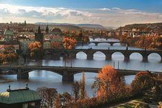 Herfst; een uitstekende tijd voor stedentrippers. De steden worden minder overspoeld met toeristen en de prijzen dalen. En, overal heerst de bijzondere romantische herfstsfeer. We stellen vijf Tsjechische steden voor die zeker het bezoeken waard zijn in de komende maanden.