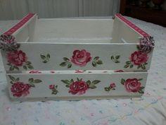 Caixote de feira pintado de branco e customizado com flores recortadas de tecido com fuxicos las laterais pra dar um charme!