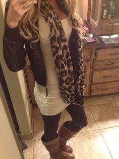 Legging, camisa branca longa, jaqueta couro e cachecol