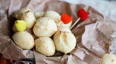 Le palline al formaggio flufflose sono un antipasto/aperitivo sfizioso e saporito. Facilissime da preparare, si sciolgono in bocca.