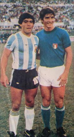 Diego Maradona junto a Paolo Rossi ( cc the skinny's were once a fashion . Football Italy, Pure Football, Football Icon, Best Football Team, National Football Teams, Retro Football, World Football, Vintage Football, Football Soccer