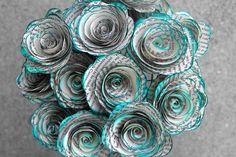 He encontrado este interesante anuncio de Etsy en https://www.etsy.com/es/listing/172527366/book-page-paper-flowers-12-teal-inked