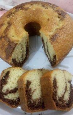 O Bolo Mesclado de Liquidificador é muito prático, fofinho e delicioso. Faça esse bolo mesclado para o lanche da sua família e agrade a todos!