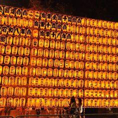 """Use #letsflyawaybr e apareça na nossa galeria. Repost todo domingo. Obrigada @conhecendojapao por compartilhar. Um dos meus festivais de verão favoritos em Tóquio é o """"Mitama Matsuri"""" no templo de Yasukuni. Este festival homenageia almas de pessoas mortas e é um passo adiantado para o feriado de Obon em que os japoneses homenageiam seus antepassados. --------- Use #letsflyawaybr and show up in our gallery. Repost every Sunday. Thank you @conhecendojapao for share. One of my favorite summer…"""
