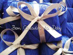 Bem casado embalado em papel crepom azul Royal e fita prata! www.bemcasadosdadeby.com.br @bemcasadosdadeby