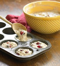 Ah, a warm muffin and a hot cup of coffee. That's a near perfect winter breakfast! We think you'll love these Cranberry-Orange Streusel Muffins. The sweetness from the drizzled icing nicely balanc. Banana Blueberry Muffins, Cranberry Orange Muffins, Bisquick Recipes, Baking Recipes, Muffin Recipes, Brunch Recipes, Breakfast Recipes, Breakfast Ideas, Yummy Recipes