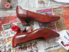 How to dye leather shoes thedreamstress.com (how did I never know this is possible!!?!) Leather Dye, Brown Leather Shoes, Green Shoes, Black Shoes, How To Dye Shoes, Fabric Shoes, How To Dye Fabric, Fun Crafts, Leather Handbags