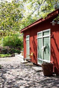 Idyllisk trädgård i Vaxholm Swedish Cottage, Red Cottage, Cottage In The Woods, House In The Woods, Garden Shed Interiors, Interior Garden, Sweden House, Red Houses, House Siding
