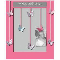 Un joli pêle-mêle 8 vues de la collection Poésie par Titoutam, agrémenté de papillons en relief, pour y accrocher des souvenirs et des mots doux. Personnalisable à la craie, il accompagnera Bébé dans le cadre d'un cadeau de naissance ou de baptême.